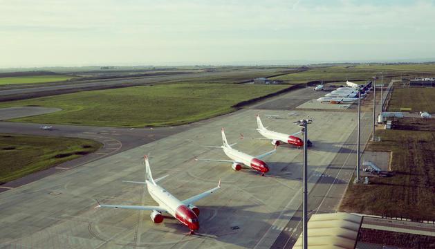 Els vuit avions de Norwegian i Icelandair que estan estacionats al pàrquing de l'aeroport.