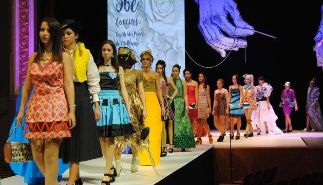 El desfile de los diseños de moda actual.