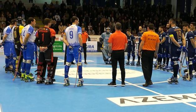Los jugadores de los dos equipos, en los minutos previos al inicio del encuentro.