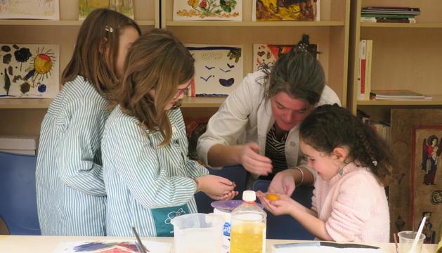 Els petits participants van posar molt interès a descobrir els secrets de la tècnica artística.