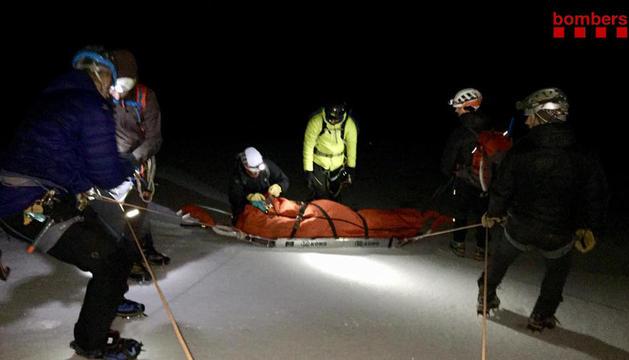 Momento en el que los equipos de emergencias evacuaron el sábado al alpinista accidentado.