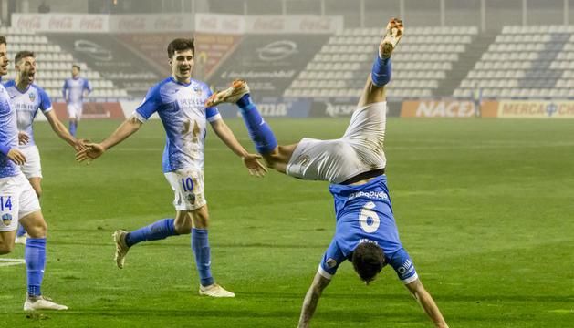 Eder celebra de forma acrobàtica el segon dels dos gols que va aconseguir ahir i que van significar la victòria davant del València Mestalla.