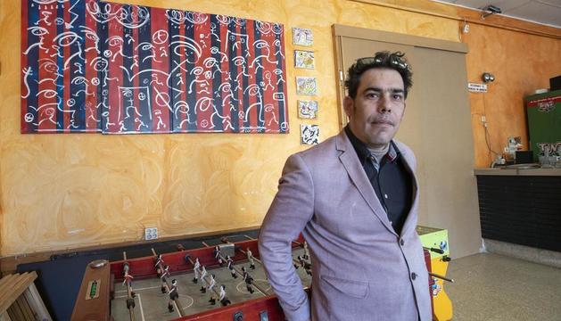 El artista David Tarragó, autor del mural blaugrana en Sant Antolí.