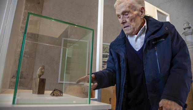 El historiador Ramon Boleda, ayer junto a una de las piezas que integran el nuevo museo.