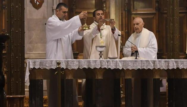 Lluís Tollar (esquerra) i Xavier Novell (centre), durant una missa a la catedral de Solsona.