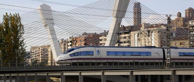 Imagen de archivo de un tren de alta velocidad a su paso por Lleida.