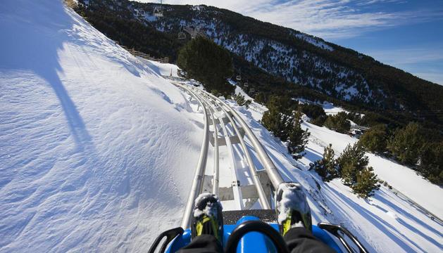Tirolina. Activitats com ara llançar-se en tirolina es poden practicar tant en temporada de neu com a l'estiu.