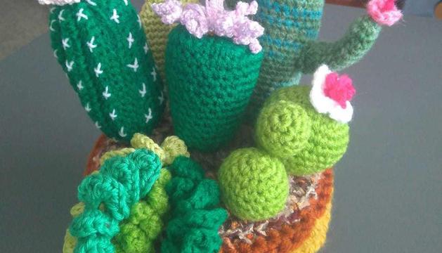 Ma José Sillué ens diu que crea ella mateixa els elements de decoració de casa seva, com aquest original cactus, que li serveixen per adornar i també per relaxar-se.
