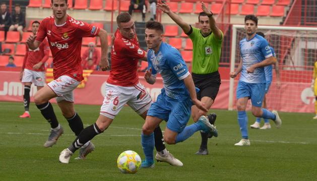 Liberto se escapa de Juan Rodríguez en la acción en la que, pese a ser objeto de tres faltas, el colegiado dejó seguir el juego para acabar silbando el penalti que supuso el empate grana.