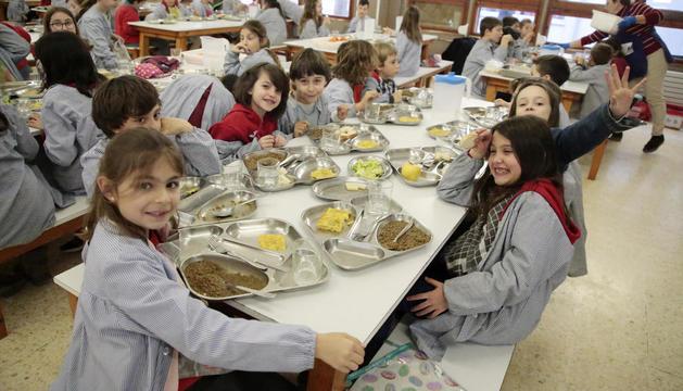 Alumnes de l'Escola Alba amb les safates i el menjar.