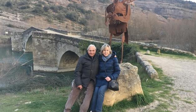 El Joan i l'Anna posen al costat del pont medieval que travessa el riu Éssera a Graus