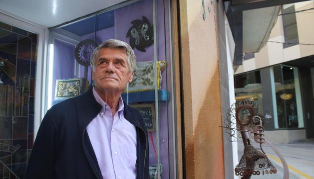 Josep Maria Solé davant la galeria Reencarnació, al carrer la Palma de Lleida, tancada actualment a causa de l'emergència sanitària.
