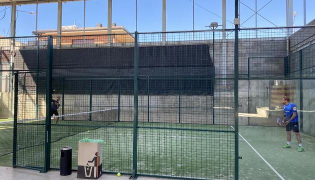 Partit de pàdel d'1x1 a Castelldans, un esport que es podrà practicar per parelles com és normal.