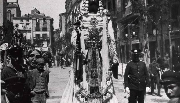 1906. El gegant Faraó (actual Romà), de l'escultor Corcelles, plaça Sant Joan.