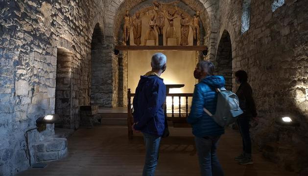 Visitantes ayer en Santa Eulàlia de Erill la Vall, tercer templo del románico de La Vall de Boí en reabrir.