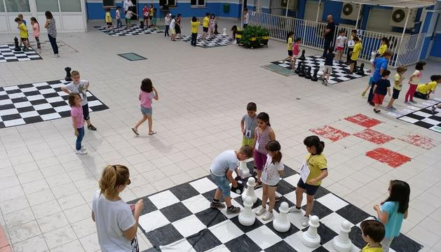 Els més petits participen en una gimcana agrupats en diferents equips.