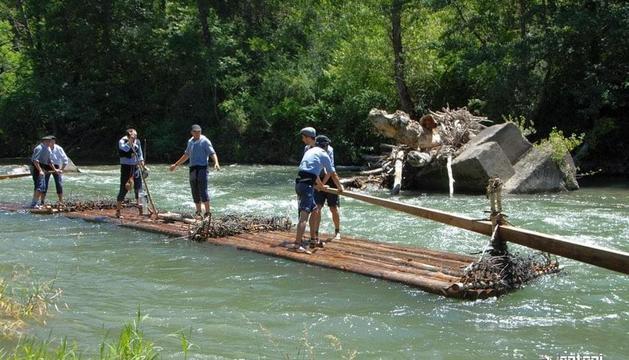 Els raiers baixant ahir el riu Noguera Pallaresa, una tradició que reviu aquest antic ofici.