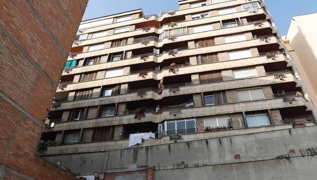 La façana de l'edifici des d'on ha caigut la parella.