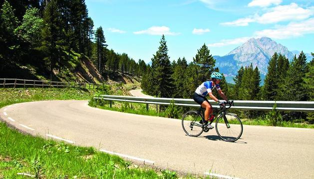 espais. Els Pirineus Orientals (sota) i el Montsec (esq.) són algunes de les zones que es poden recórrer en bici.