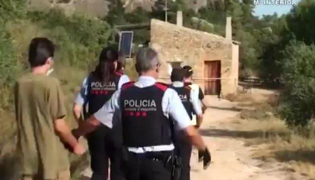 Detenció del veí de la Pobla de Cérvoles i detalls de llibres i armes confiscats.