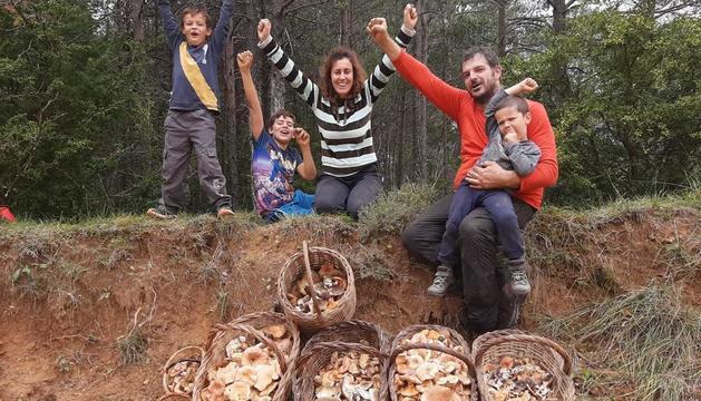 La fotogratifa titulada 'La família'  de Montserrat Ribó ha estat la guanyadora del concurs 'Tocats del Bolet'.