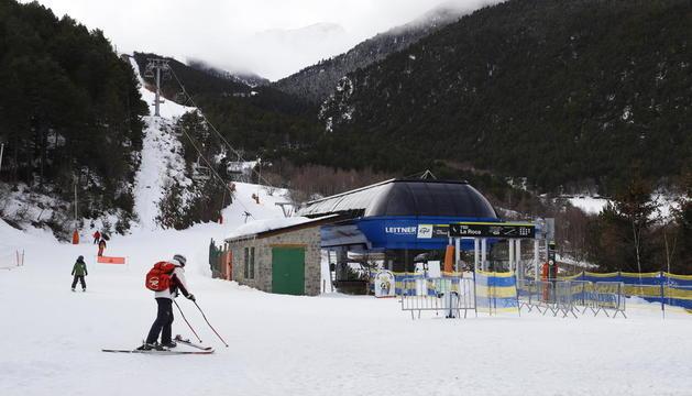 Uns quants esquiadors ahir a l'estació d'Espot Esquí.