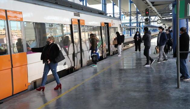 Passatgers pujant a un tren de la línia de Manresa a finals del mes de gener passat.