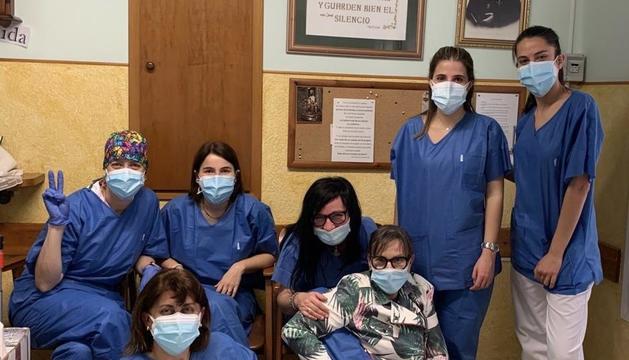 Foto de les infermeres de l'equip de vacunació i de la residència Sagrat Cor de Maria de Balaguer.