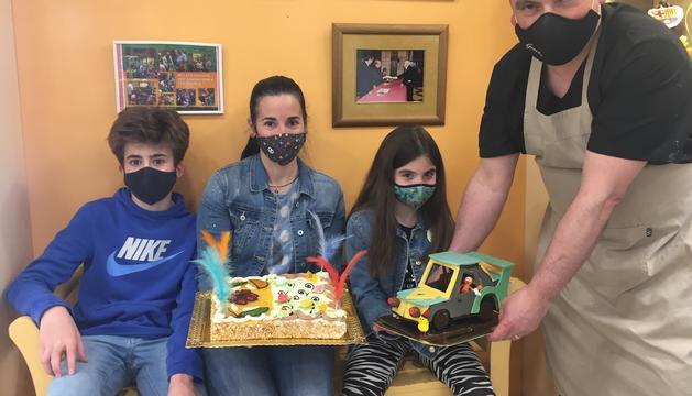 Premio de las redes - La Rosa Peguero, ganadora del sorteo de Facebook, y sus dos hijos posan con el pastelero de la Noguera.