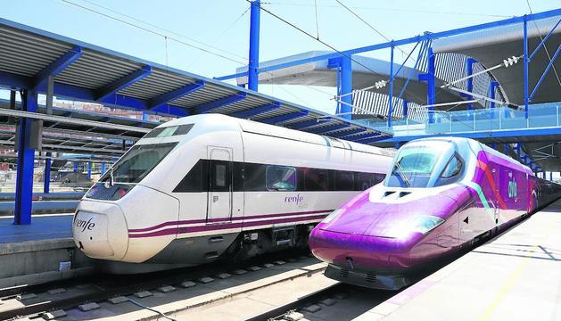 L'Avlo, de color morat, ahir a la seua parada a l'estació Lleida-Pirineus al costat d'un Alvia, un altre tren d'alta velocitat de Renfe. A la dreta, la cabina del maquinista.