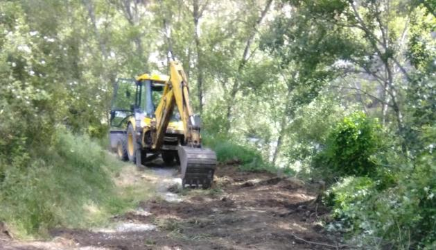Las obras para hacer transitable el camino que baja a la zona de desembarque de La Pobla de Segur.