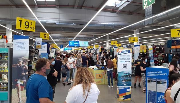 Les aglomeracions confirmen la reactivació del comerç - Nombrosos comerços de Lleida ciutat van registrar ahir aglomeracions i cues de clients que van aprofitar el cap de setmana i l'augment dels aforaments als locals comercials per fer tota m ...