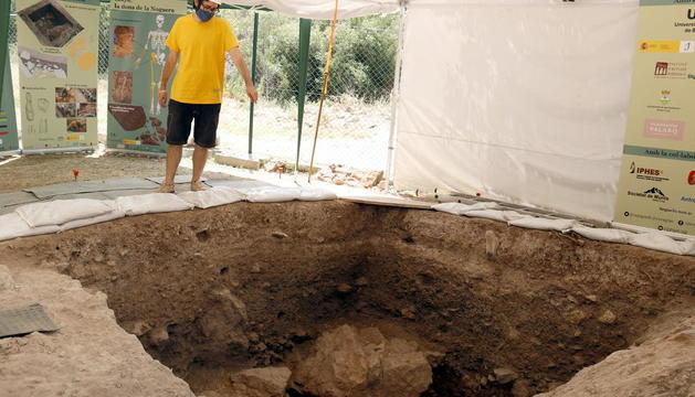 Un dels tècnics de la UAB al lloc on van trobar les restes d'aquesta humana moderna.