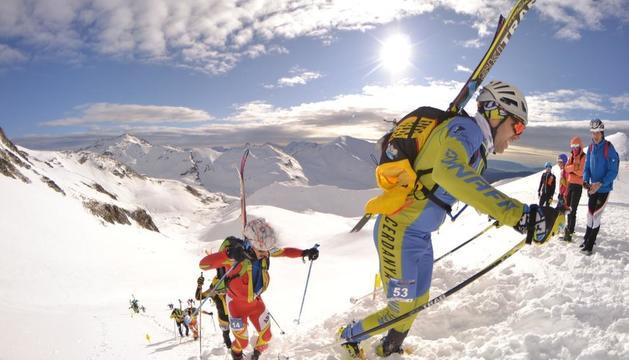 Esquiadors pugen un pendent a l'estació de Boí Taüll.