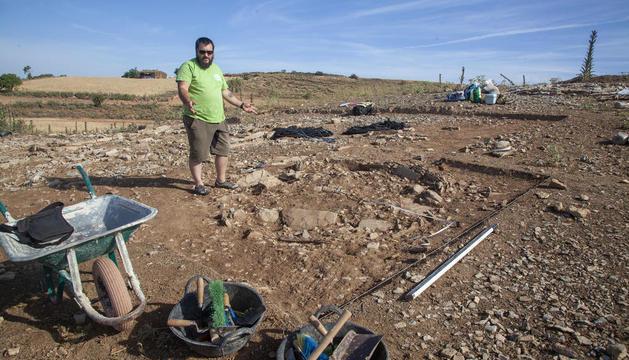 Ôscar Escala, d'Iltirta Arqueologia, mostra el nou túmul funerari (esquerra), i la restauradora Gemma Piqué neteja part d'un túmul descobert el 2015 (dreta).