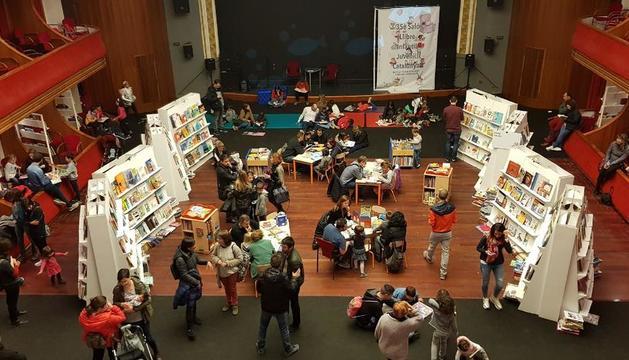 Una vista del Saló del Llibre Infantil en el Teatre de l'Amistat en 2019, la última edición celebrada.
