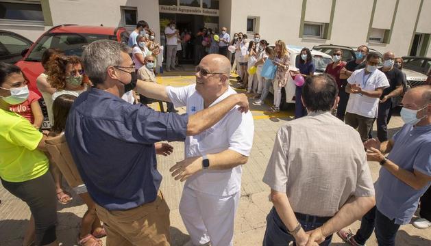 Ignasi de Miguel se abraza al alcalde de Guissona, Jaume Ars, ayer a la salida del CAP.