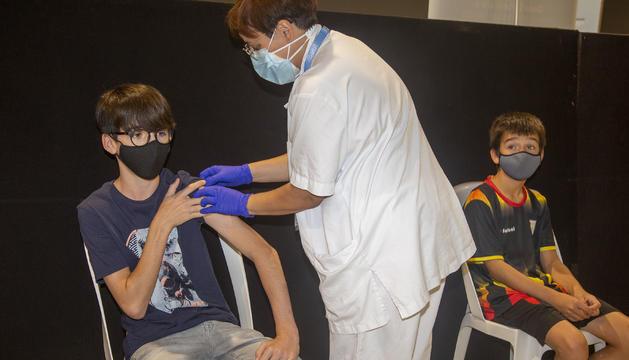 Un nen rep la vacuna a Tàrrega mentre un altre espera.