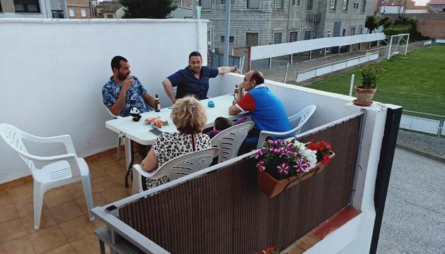 La Sandra Gòdia aquest estiu compartint un sopar a la fresca.