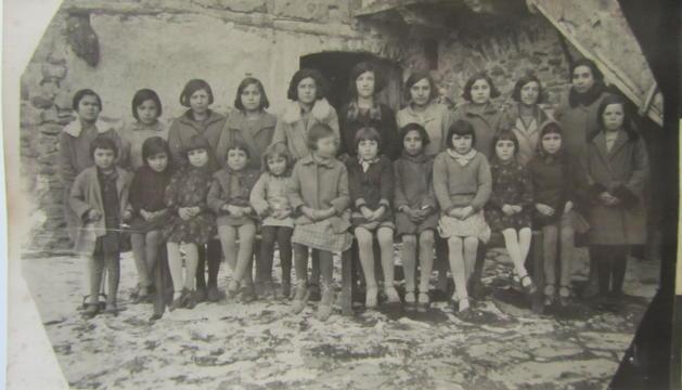 Les nenes del curs 1926/27, amb la mestra, Maria Guixa.