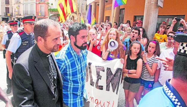 El 2017 va ser escortat després d'una missa a Tàrrega per les seues crítiques als homosexuals.
