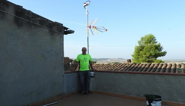 El Josep posa amb la nova estació meteorològica que s'ha instal·lat a l'antena de la tele.