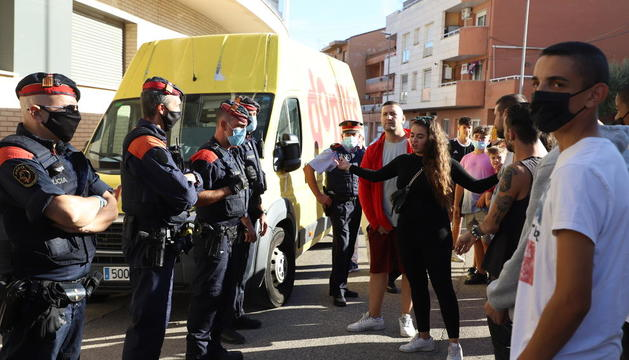 Desenes de veïns de Rosselló van mostrar el seu rebuig al succés davant de l'ajuntament.