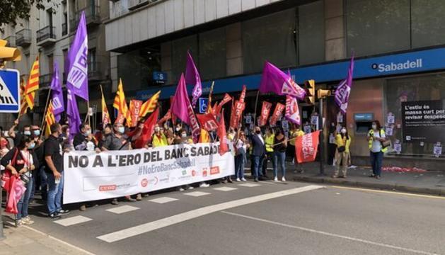 Concentració sindical davant de l'oficina del Banc de Sabadell de la rambla Ferran de Lleida en contra de l'ERO plantejat per l'entitat.