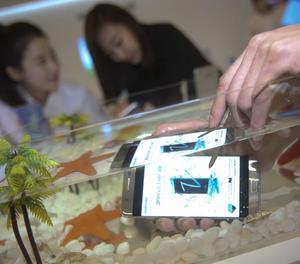 Un home prova un Galaxy Note 7 sota l'aigua.