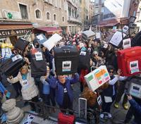 Els manifestants portaven maletes a les mans.
