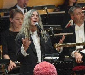 L'emoció de Patti Smith humanitza la cerimònia dels Nobels