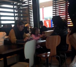Margarita Garau dissabte amb la seua germana i la petita Nadia, a Lleida camí de Mallorca.