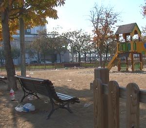 Restes d'un 'botellón' en un parc infantil de Lleida, en una imatge d'arxiu.
