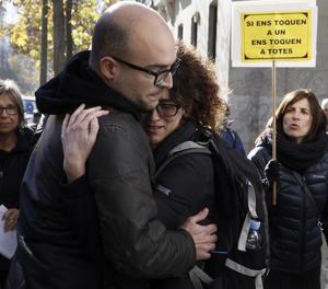 Joan Coma abraça la seua dona a la sortida de l'Audiència Nacional.